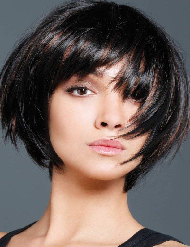Девушка с косой градуированной челкой