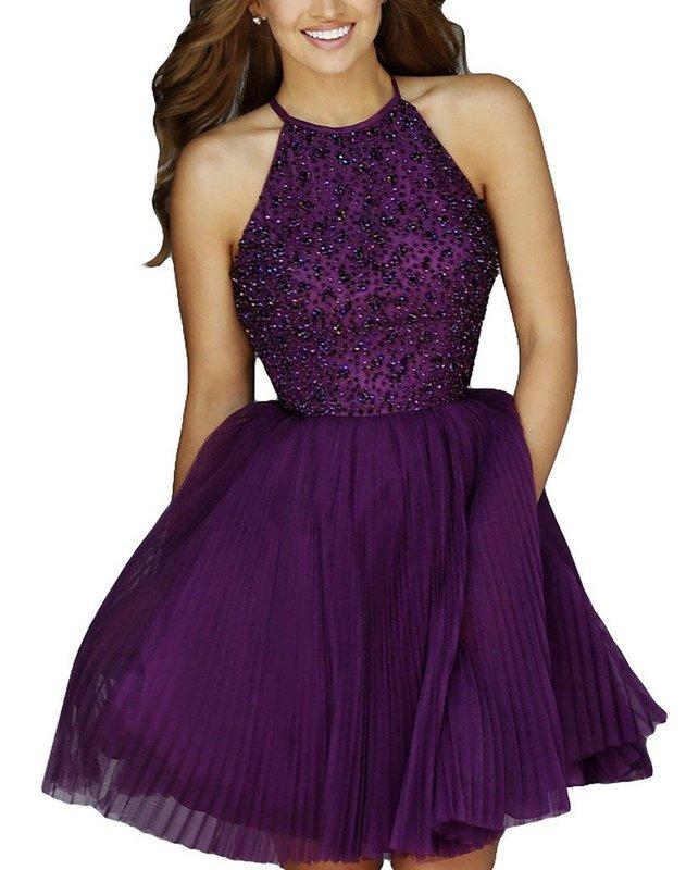 Девушка в фиолетовом коктейльном платье со стразами на лифе