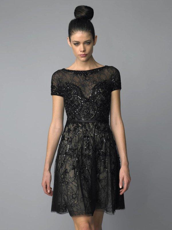 Девушка в черном коктейльном платье с пайетками