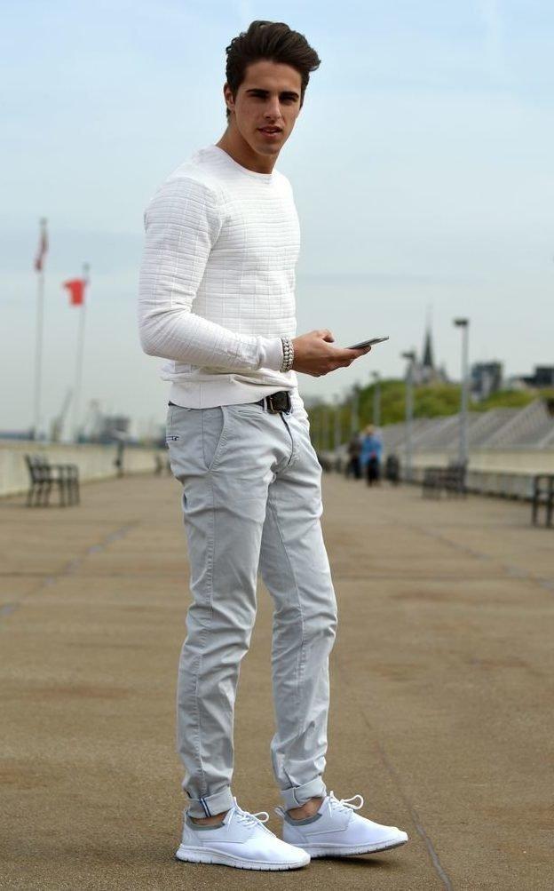 Парень в белых джинсах