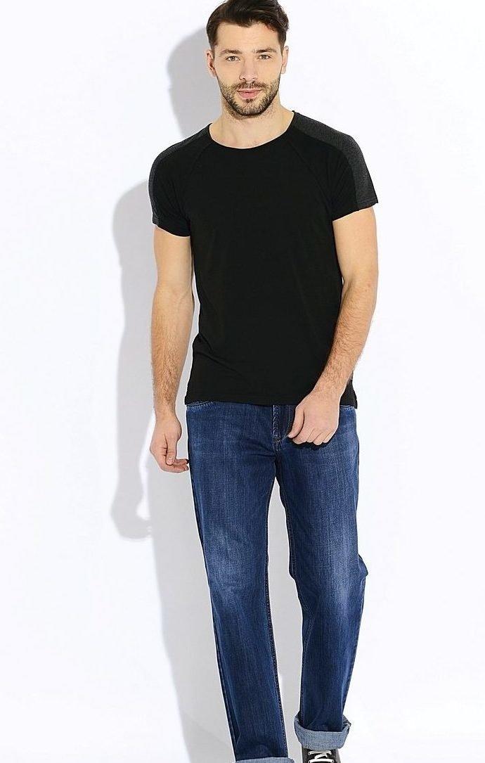 Мужчина в тёмно-синих джинсах