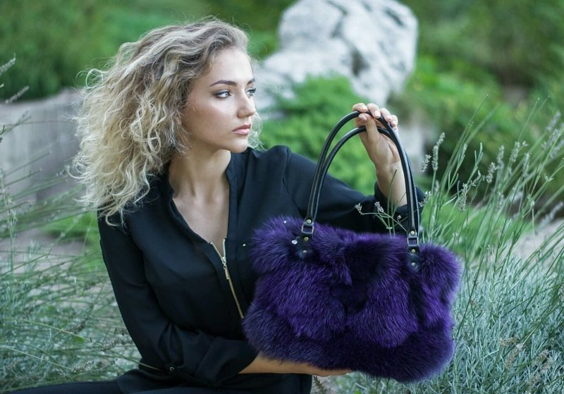 Фиолетовая сумочка из меха