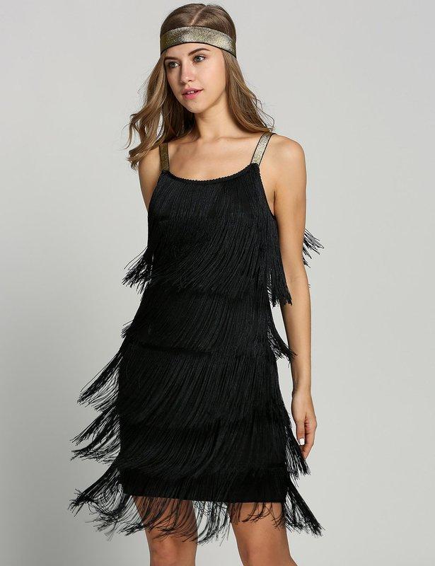 Девушка в коктейльном платье с бахромой по всей длине наряда