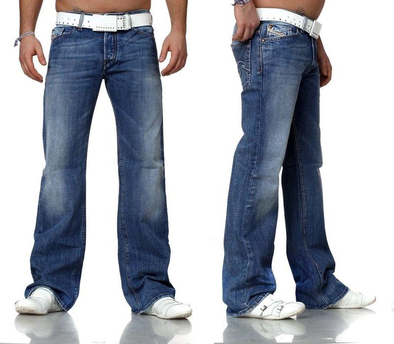 Широкие мужские джинсы с белым ремнём