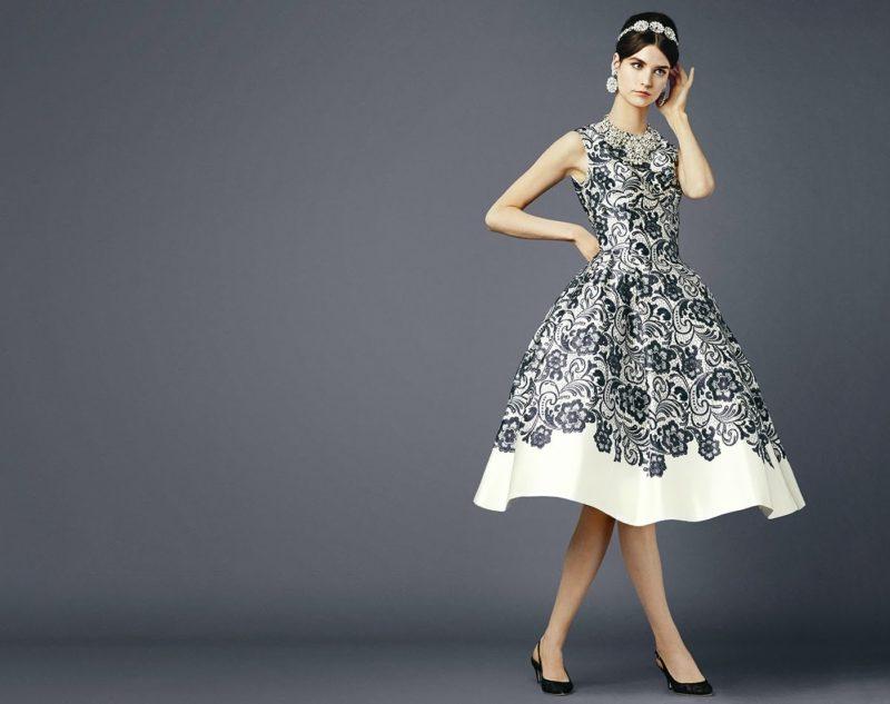Девушка в модном фасоне коктейльного платья