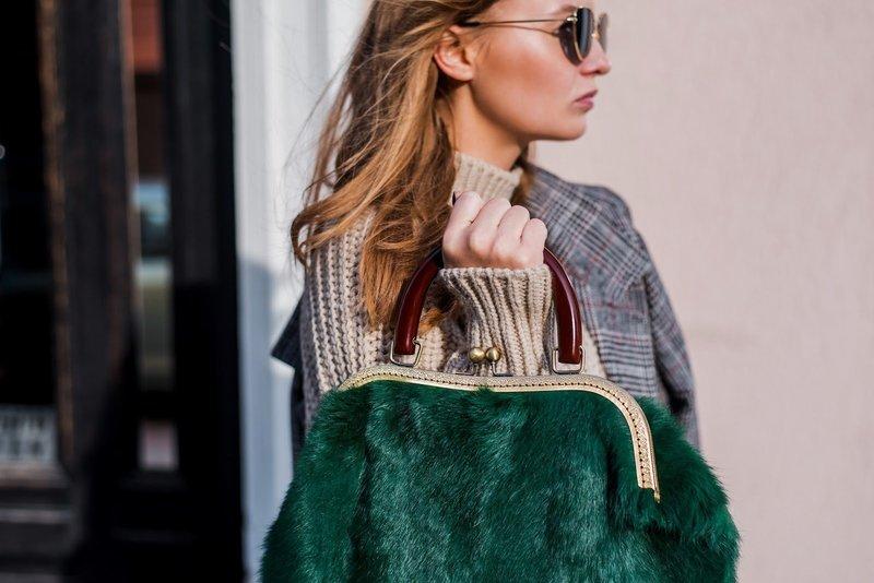 Зелёная меховая сумка
