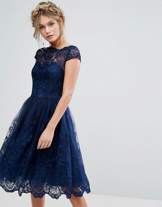 Девушка в синем кружевном коктейльном платье