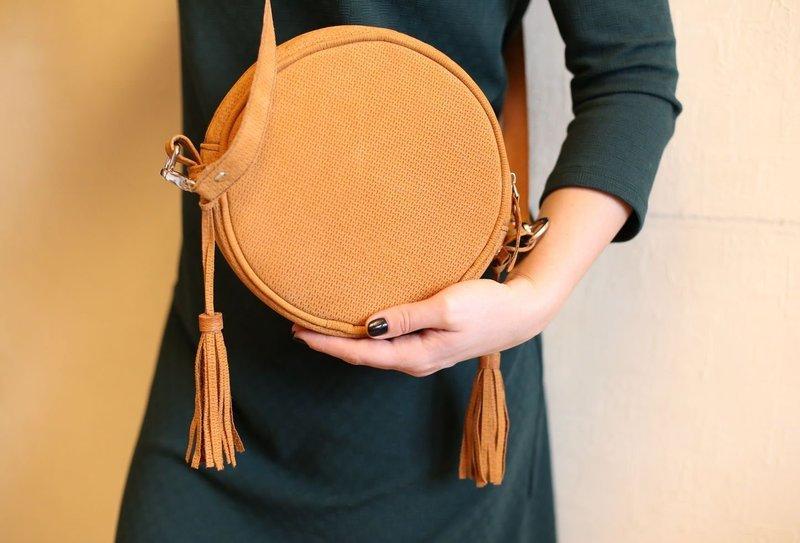 Круглая сумка в минималистическом стиле