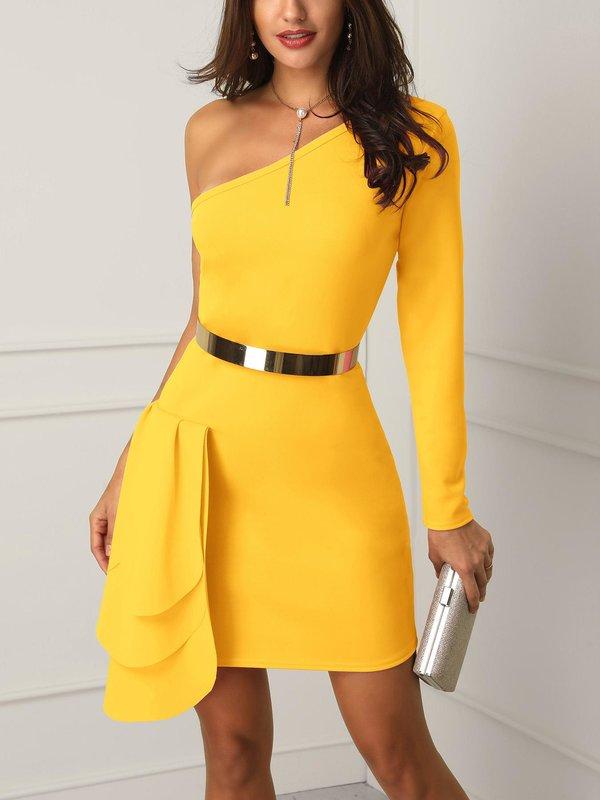 Девушка в желтом коктейльном платье с блестящим поясом
