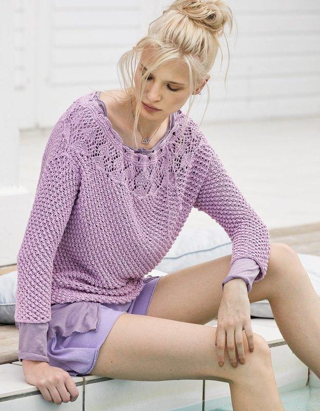 Девушка в ажурном свитере, одетым поверх летнего платья