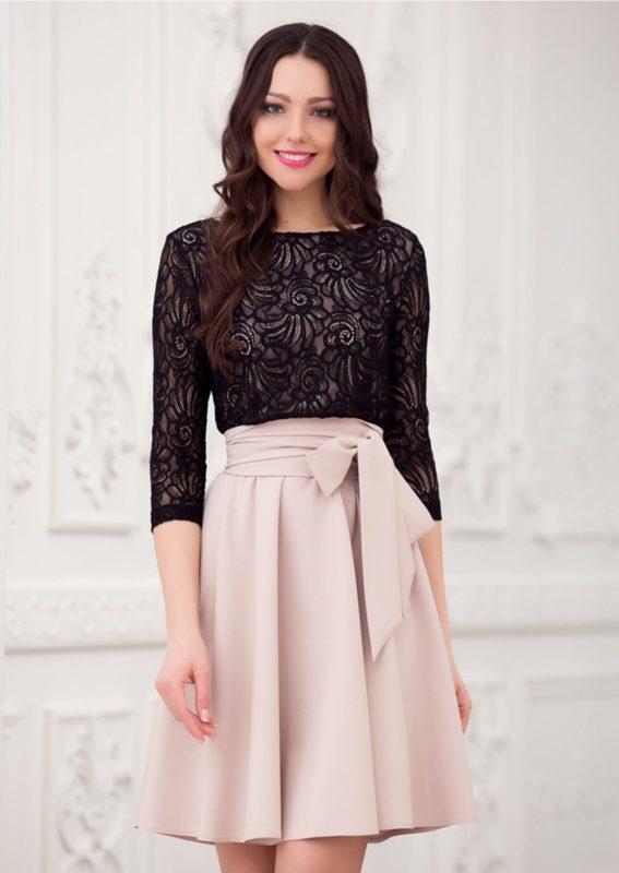 Девушка в коктейльном платье с кружевным верхом