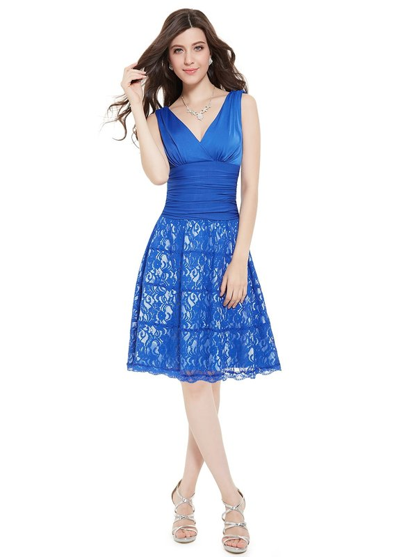 Девушка в синем коктейльном платье с кружевом на юбке