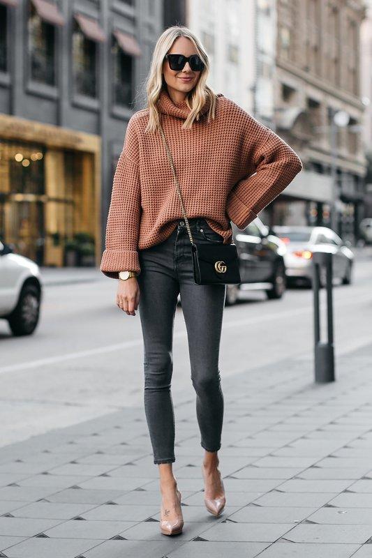 Девушка в свитере оверсайз с джинсами
