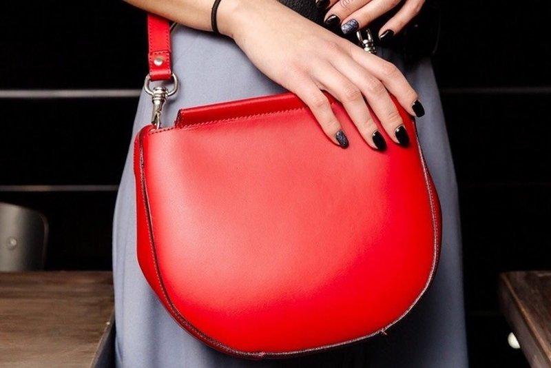 Модная красная сумочка