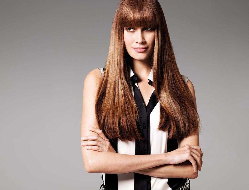 Девушка с прямыми длинными волосами и ровной челкой