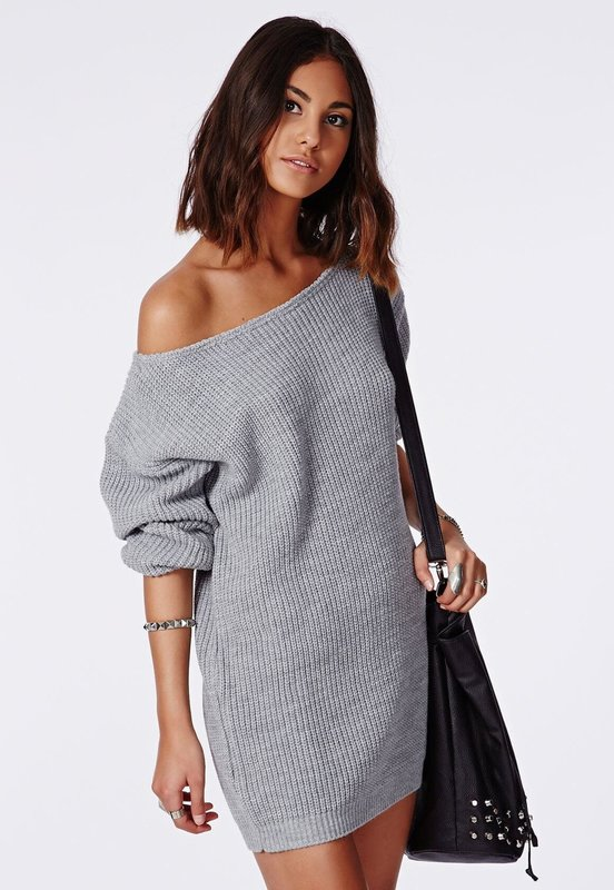 Девушка в свитере-платье с приспущенным рукавом