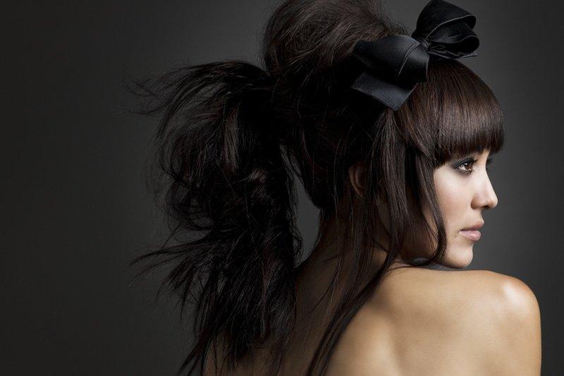 Прическа длинноволосой девушки с челкой
