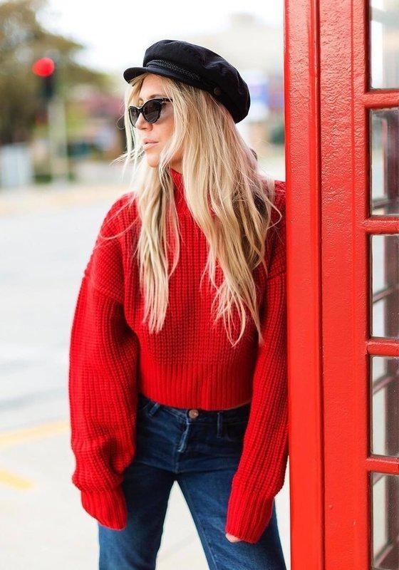 Девушка в красном свитере оверсайз