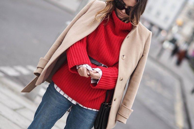 Девушка в ярком свитере