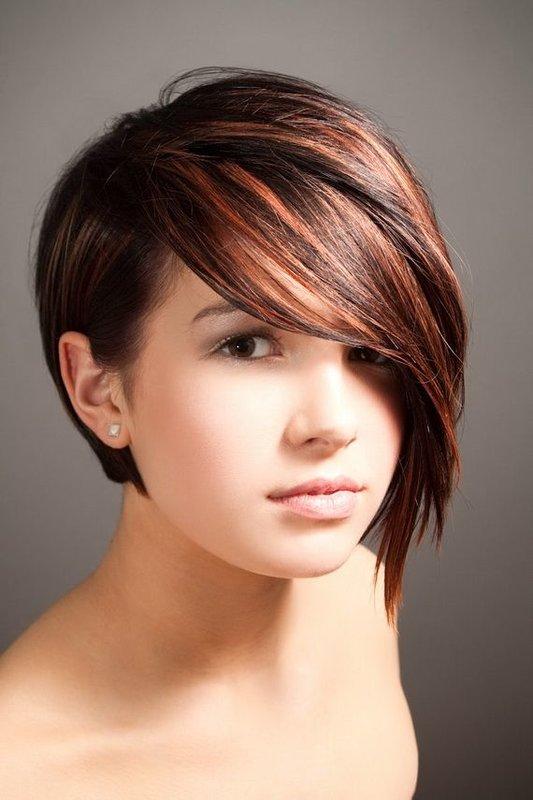 Девушка с круглой формой лица и косой челкой