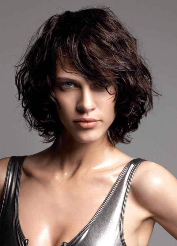 Девушка с косой челкой на вьющиеся волосы
