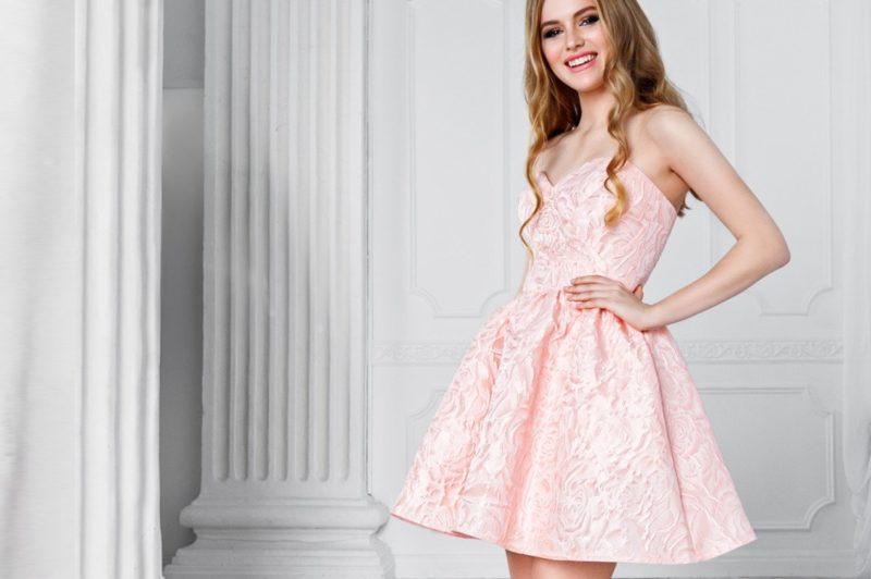 Девушка в пышном коктейльном платье