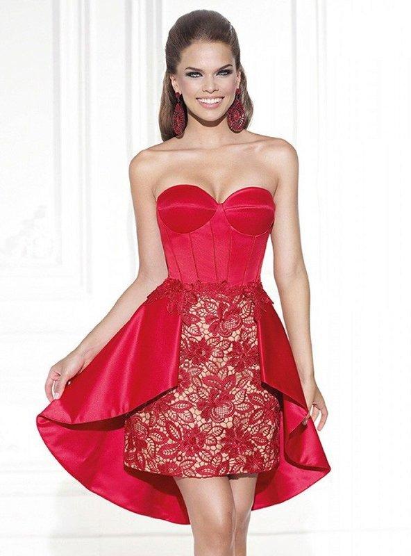 Девушка в красном коктейльном платье с кружевной юбкой
