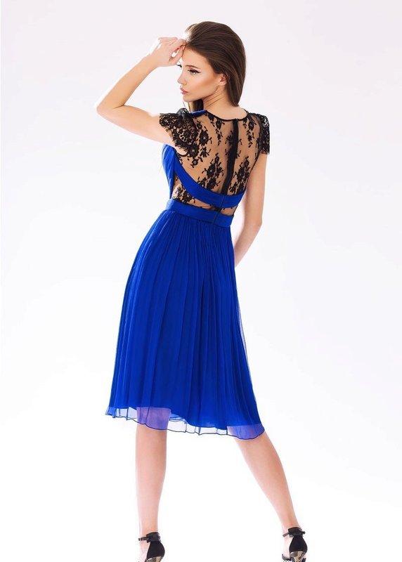 Девушка в синем коктейльном платье с кружевом на спине