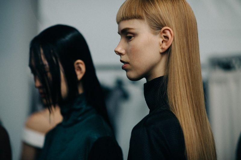 Девушка с ультракороткой челкой в сочетании с длинными волосами