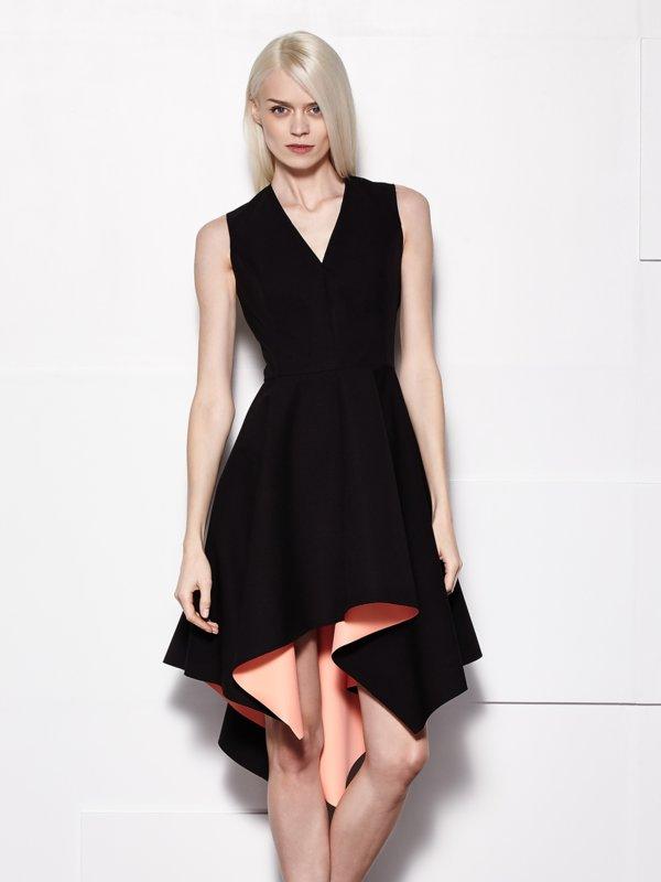 Девушка в черном коктейльном платье с асимметрией