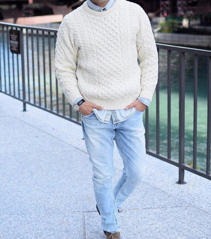 Мужчина в классических джинсах