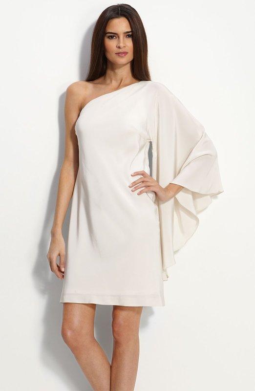 Девушка в коктейльном платье с рукавом на одно плечо