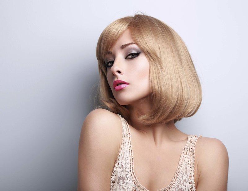 Девушка со стрижкой на средние волосы с челкой