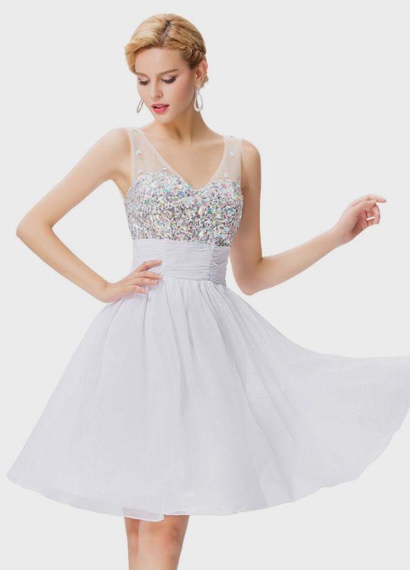 Девушка в белом коктейльном платье со сверкающим лифом