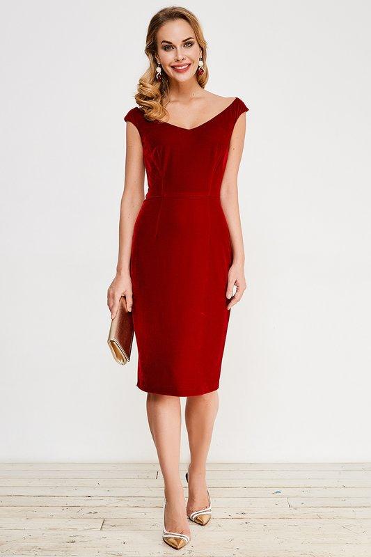 Девушка в красном коктейльном платье футляр с вырезом лодочка