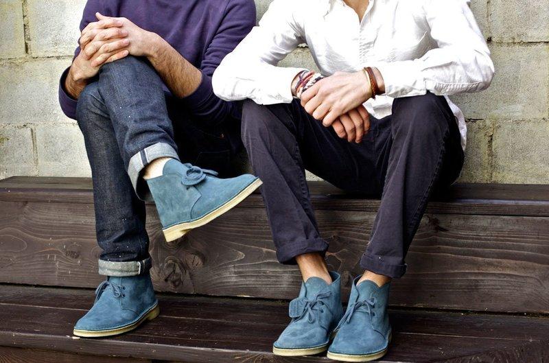 Парни в джинсах с отворотами