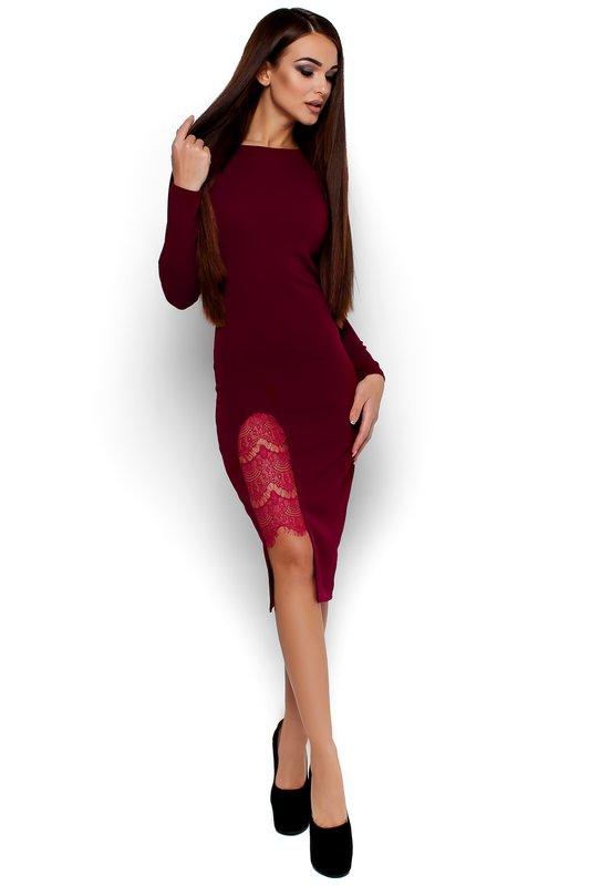 Девушка в коктейльном платье цвета марсала с гипюром