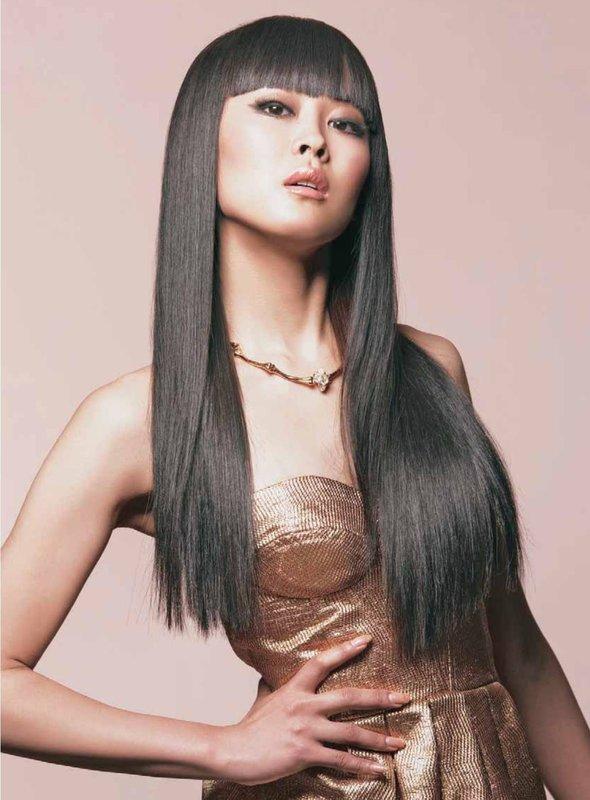 Девушка с распущенными прямыми длинными волосами и прямой челкой