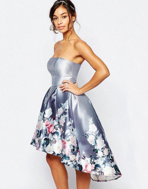 Девушка в коктейльном платье-бандо с асимметричной пышной юбкой