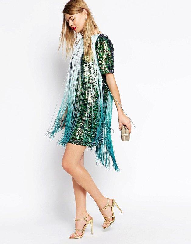 Девушка в коктейльном платье с длинной бахромой
