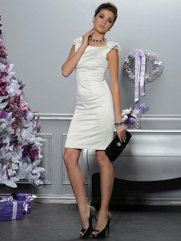Девушка в белом коктейльном платье-футляр