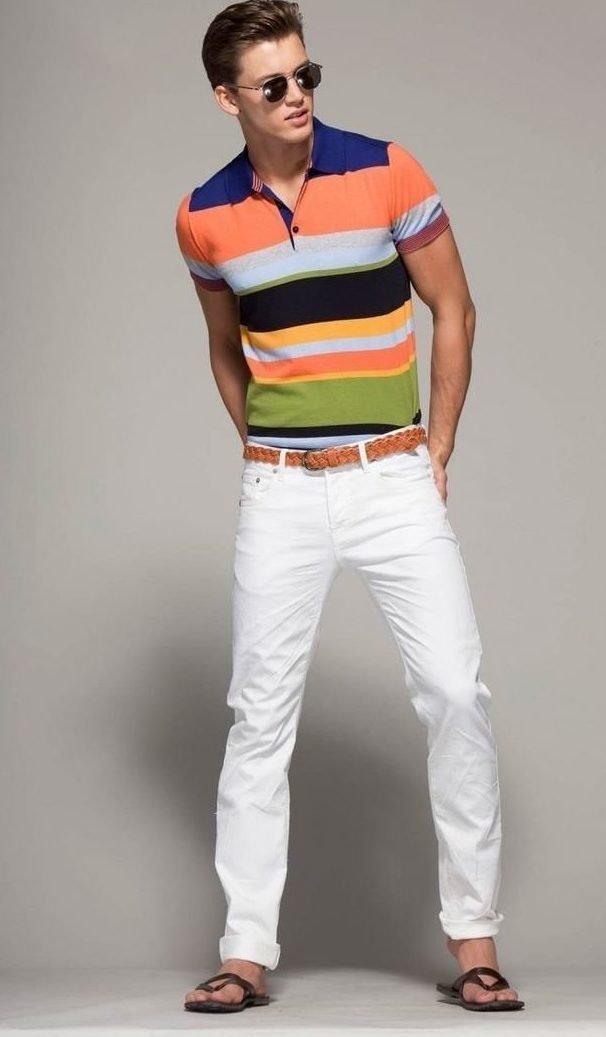 Парень в поло и белых джинсах