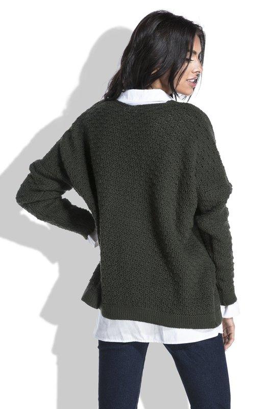 Девушка в свитере оверсайз, одетым поверх рубашки