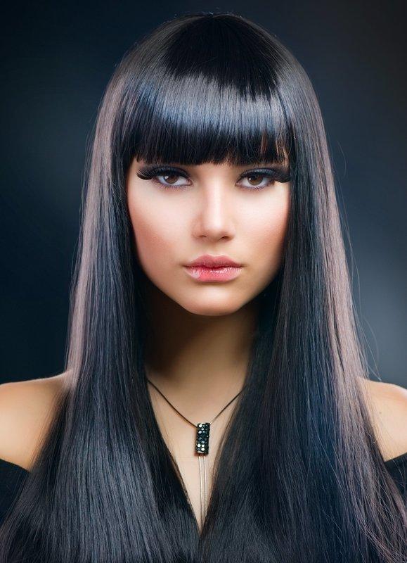 Девушка с прямой челкой и длинными ровными волосами