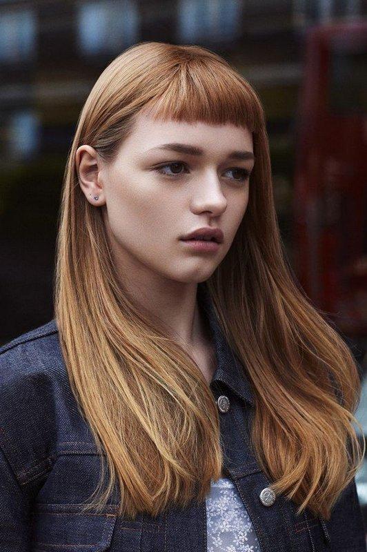 Девушка с прямыми длинными волосами и короткой челкой