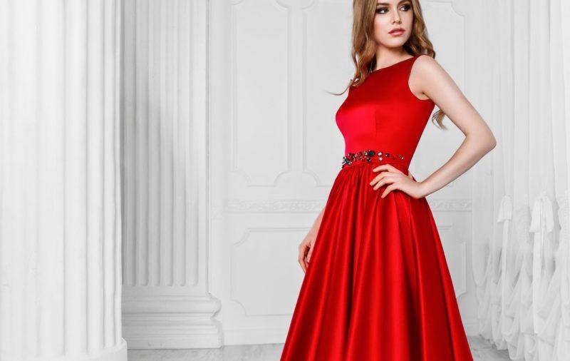 Девушка в красном коктейльном платье