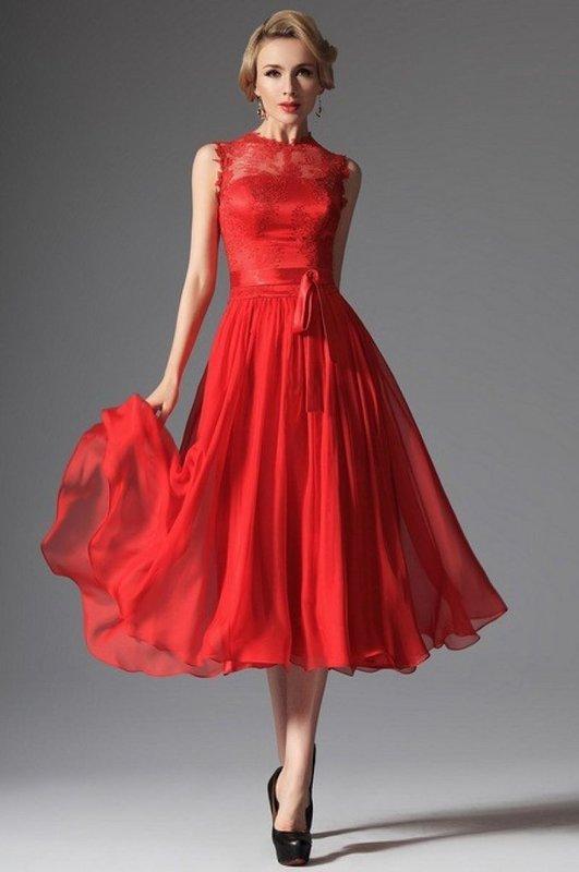 Девушка в красном коктейльном платье миди с кружевом