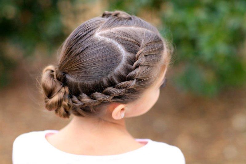 Девочка с прической на средние волосы