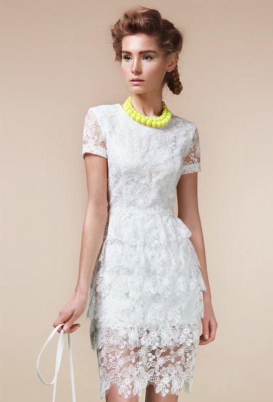 Девушка в белом ажурном коктейльном платье
