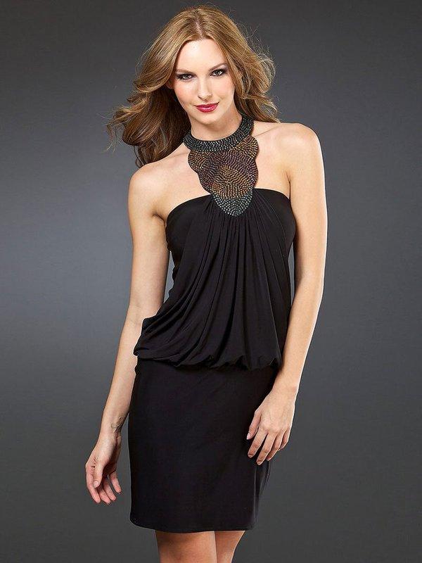 Девушка в коктейльном платье с открытыми плечами